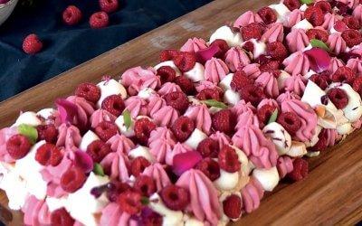 Gâteau aux framboises, pana cotta framboise fouettée et meringue
